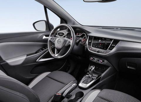 شكل سيارة أوبل كروس لاند 2021 من الداخل