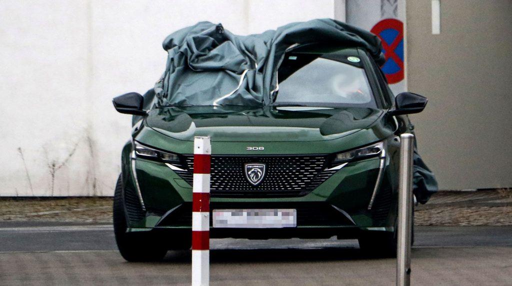 سيارة بيجو بالشعار الجديد